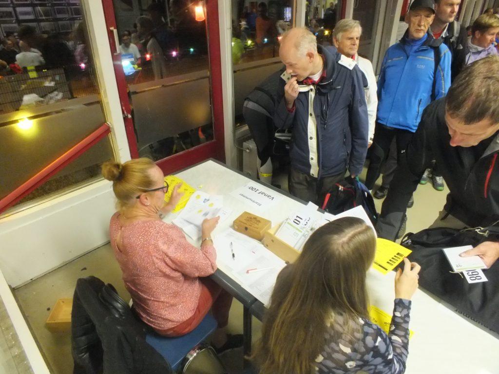 Vrijwilligers bemannen het aanmeldbureau